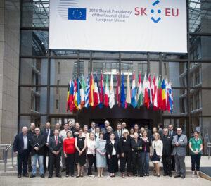 Gruppenbild mit europäischen Flaggen im Hintergrund
