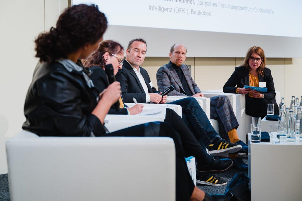 """Workshop 7.1 """"KI und Architektur – Was können Maschinen schon alleine?"""" mit Prof. Dr. Sigrid Brell-Cokcan, Prof. Dr. Cordula Kropp, Dr. Martin Memmel, Hannes Mayer und Isabella Göring (v.l.n.r.)"""