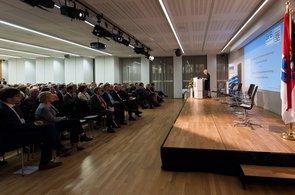 Ein grosser Saal mit Bühne, Publikum, ein Redner